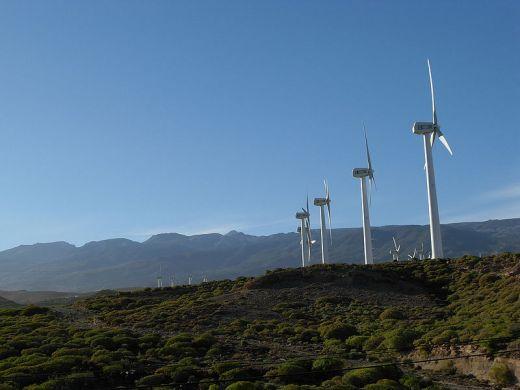 ветряная ферма у гор