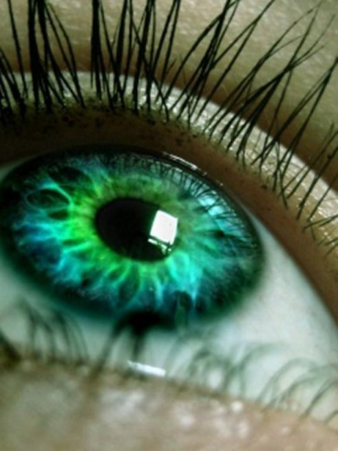 Широко распахнутые зеленые глаза
