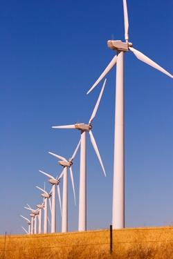 шеренга ветряных генераторов