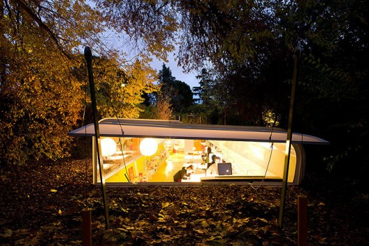 Интернет кафе на природе ночью