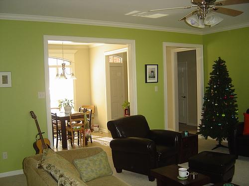 Зеленая гостинная комната в дизайне помещений