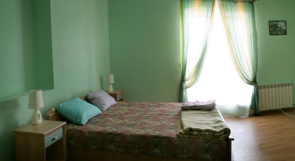 Зеленая спальня в интерьере