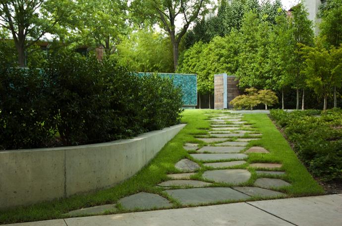Домики в зеленом саду